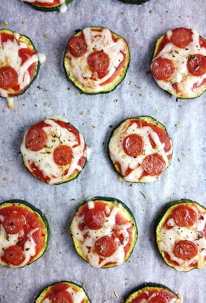 """Zucchini Mini-Pizzen """"Zucchizzas"""" // Leckerer und einfacher Partysnack // Knabberkult.de"""