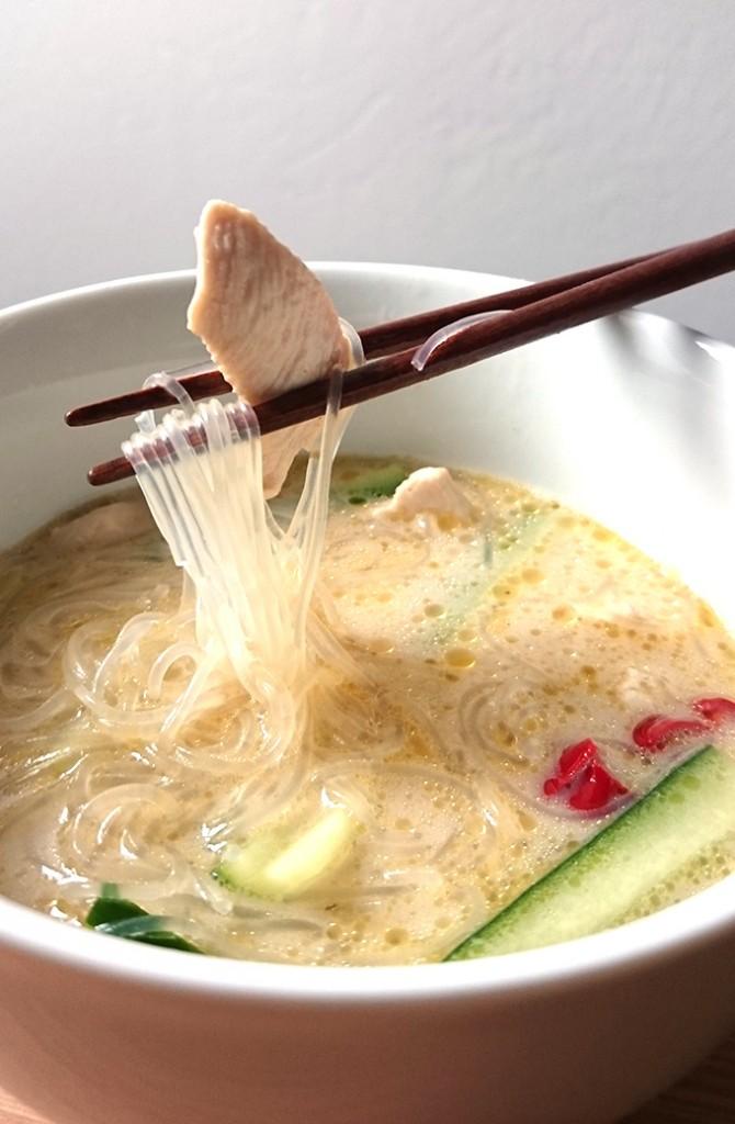 Asiatische Zitronengras Kokosnuss Suppe a la Tom Kha Gai mit Glasnudeln und Gurkensticks // Knabberkult.de